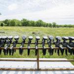 Marcadoras de paintball y paisaje de los campos de Madrid