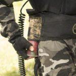 Detalle de los cinturones en los que se enganchan la botella de aire comprimido y las recargas adicionales