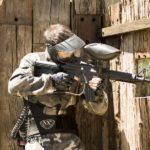 Jugador asomándose por un hueco disparando sobre el enemigo