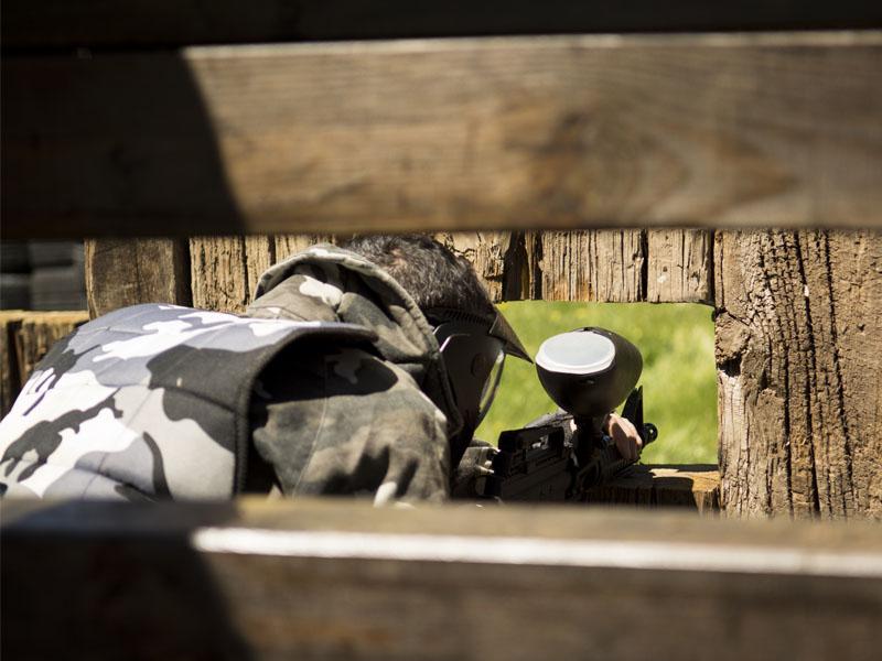 El novio asomando por una de las ventanas del Fuerte listo para entrar en combate