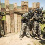 Amigos de un equipo a punto de salir del Fuerte para entrar en combate