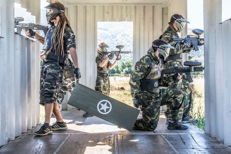 equipo protegiendo la caja de armas químicas