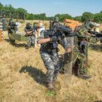 Equipo avanza con la caja de armas químicas con un escudo