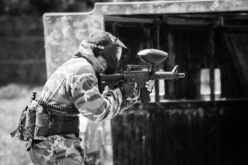 Jugador entrando en el tanque disparando muchas bolas de paintball a sus enemigos