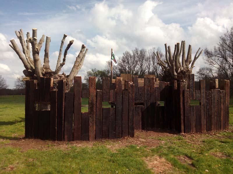 Foto de cerca de las traviesas que componen la estructura de El Fuerte