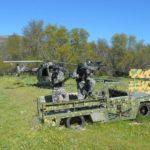 Tres chicos disparando desde un jeep militar en los campos de paintball de madrid