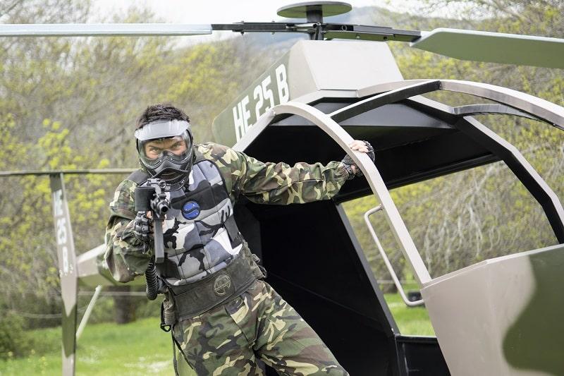 hombre disparando desde un heliçoptero en un día de multiaventura Madrid