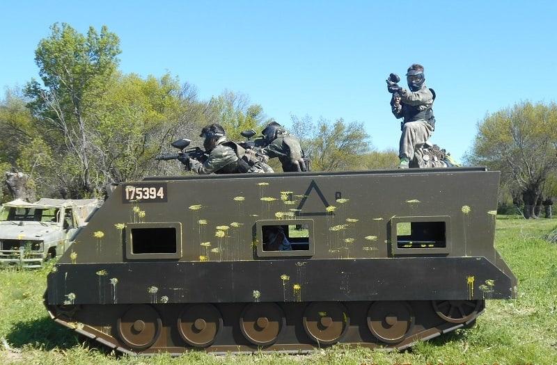 Equipo defendiendo el tanque de Gran Paintball Madrid
