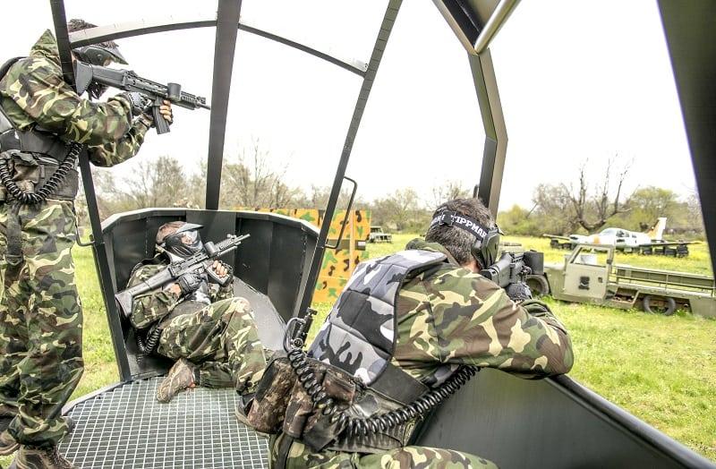 tres jugadores dentro del helicóptero jugando una partida de paintball en madrid