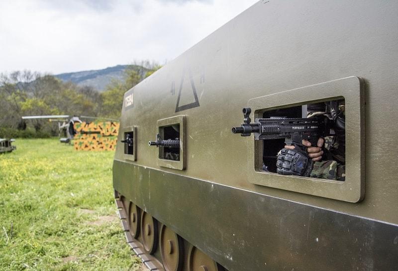 Las mejores marcadoras de España asomando desde el tanque de Gran Paintball Madrid