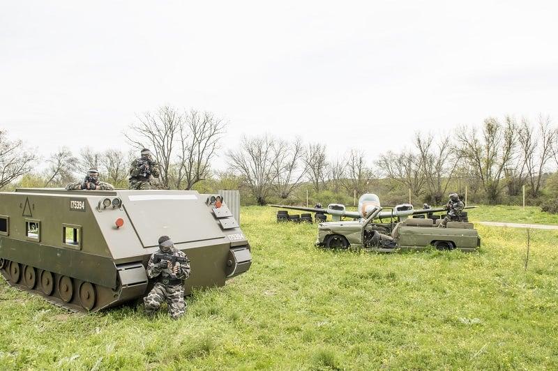 Equipo de jugadores avanzando posiciones desde un tanque, un avion, y un vehículo militar