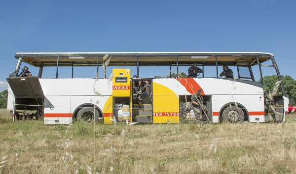 Equipo desciende por el autobús