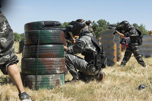 el equipo verde dispara desde unos obstaculos de ruedas